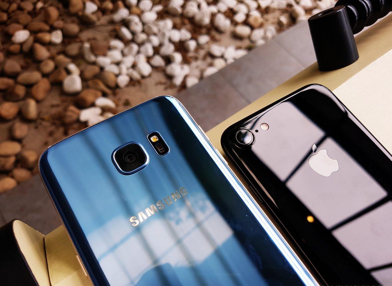 Galaxy S7 Edge Blue Coral và iPhone 7 Jet Black